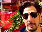 Ator faz selfie com caixão de Roberto Bolaños