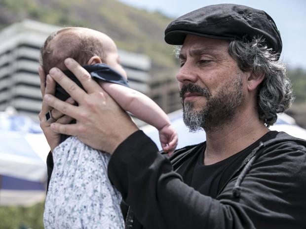 Zé segura um de seus netos gêmeos (Foto: Inácio Moraes/Gshow)