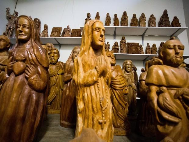 Esculturas de Maria Cícera, única filha de Manoel da Marinheira que seguiu os passos do pai. (Foto: Jonathan Lins/G1)