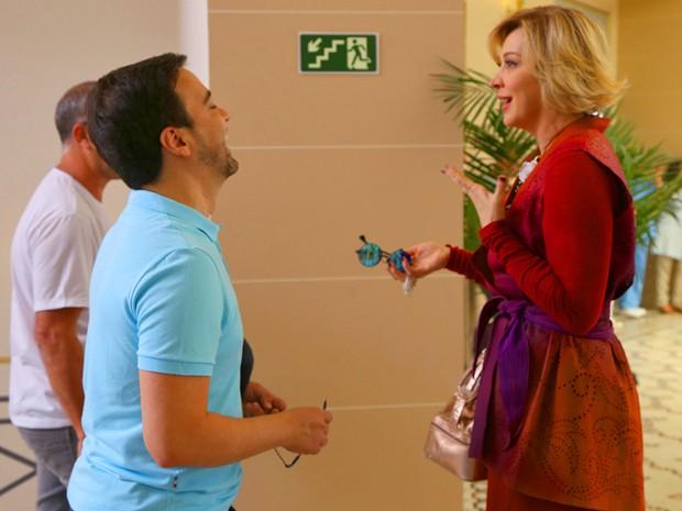 Claudia Raia conversa com o autor Daniel Ortiz no intervalo das gravações (Foto: Alto Astral/ TV Globo)