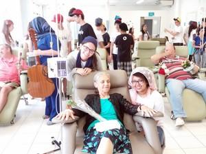 Aluna Maria Siqueira se emocionou ao entregar rosas para Roseli de Araújo Godoy  (Foto: Thainara Cabral/G1)