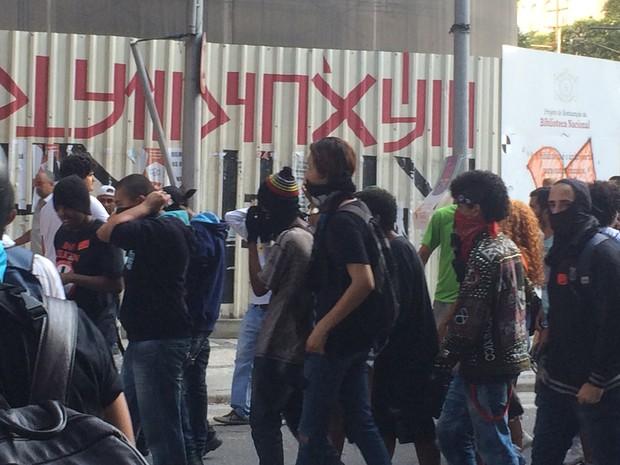 Mascarados participam de manifestação no Centro do Rio (Foto: Daniel Silveira/G1)