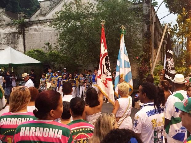 Grupo participou de alvorada do samba, em Santos (Foto: Rosana Valle / TV Tribuna)