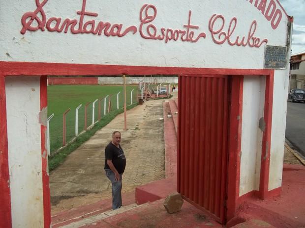 O técnico Zé da Áurea na entrada do estádio Paulo Brochado, do Santana Futebol Cube, de Paracatu, time pelo qual o ministro Joaquim Barbosa atuou como jogador (Foto: Cíntia Acayaba / G1)