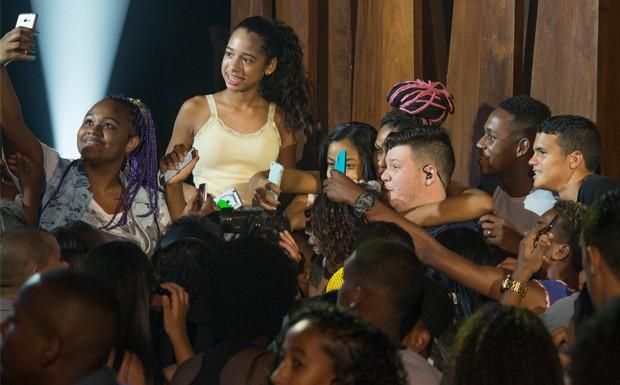 Ferrugem desce do palco e vai para o meio da plateia durante a apresentao (Foto: Marcelo Tabach/VIVA)