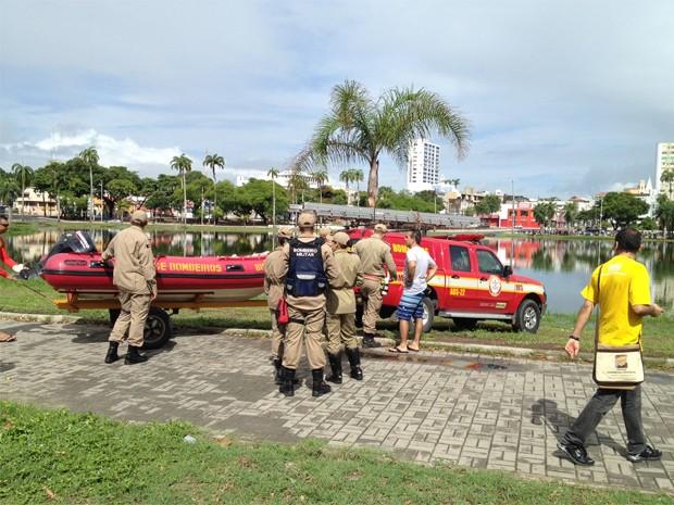 Motorista conseguiu sair antes do veículo afundar (Foto: Walter Paparazzo/G1)