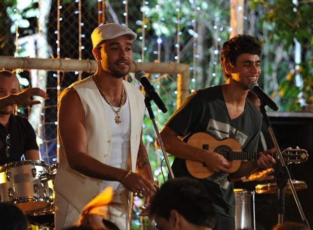 Em Malhação, Pedro, como Dieguinho, toca ao lado de Diogo Nogueira (Foto: TV Globo / Estevam Avellar)