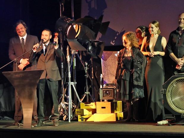 Equipe de 'O lobo atrás da porta' no palco (Foto: José Raphael Berrêdo / G1)