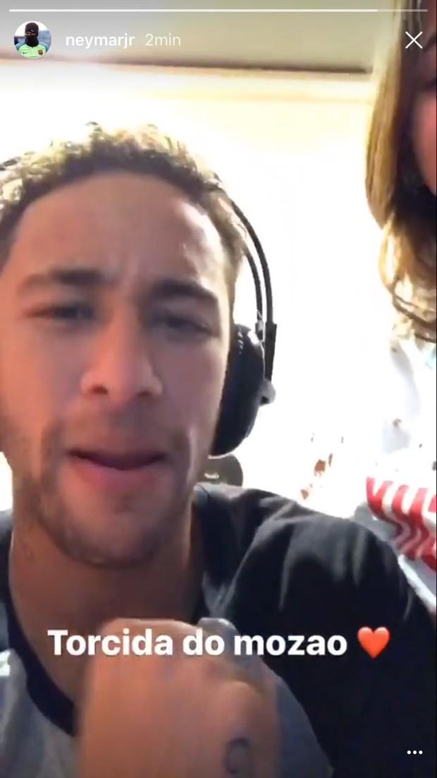 Neymar ganha beijo de Bruna Marquezine enquanto joga videogame (Foto: Reprodução do Instagram)