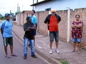 Trabalhadores rurais estão apreensivos com impasse nos contratos entre produtores e indústria (Foto: Carlos Trinca/EPTV)