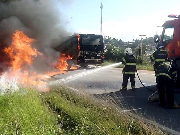 Bombeiros tentam controlar fogo em ônibus no Recife (Foto: Iraquitan Fernando/TV Globo)
