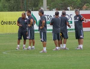 Dunga conversa com comissão técnica do Inter (Foto: Tomás Hammes / GLOBOESPORTE.COM)