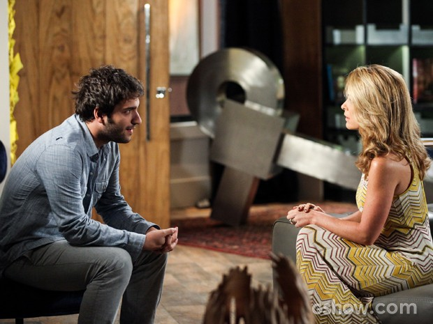 Davi avisa Pamela que Megan está atrapalhando seu namoro (Foto: Camila Camacho/TV Globo)