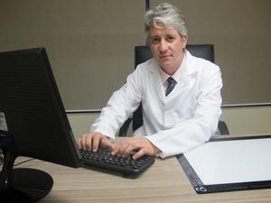 Neurocirurgião explica como foi fazer o procedimento (Foto: Mariane Rossi/G1)