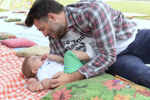 Raoni Carneiro brinca com o filho Bento (Foto: Juliana Rezende / Divulgação)