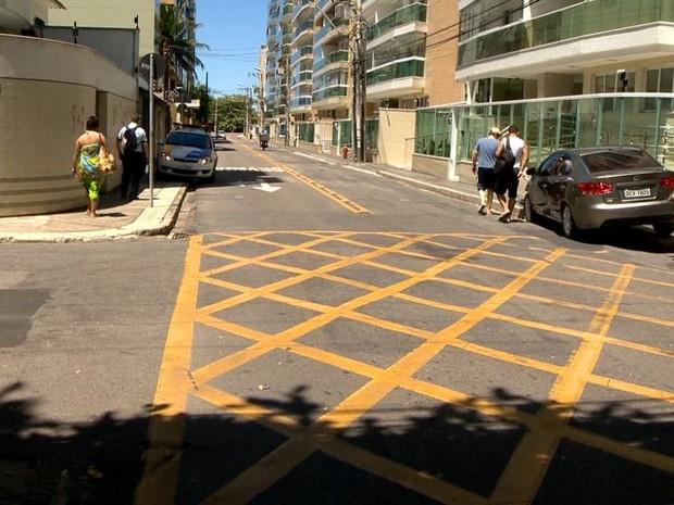 Carro e ônibus batem em cruzamento de Jardim Camburi em Vitória (Foto: Reprodução/ TV Gazeta)