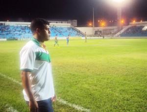Dejair Ferreira observa o time na vitória diante do MAC (Foto: Afonso Diniz/Globoesporte.com)