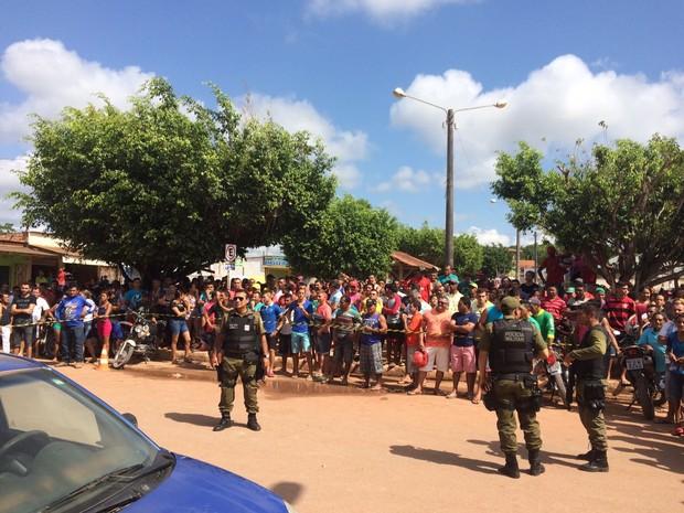 Movimentação de moradores no momento do assalto (Foto: Jampiere Martins/TV Tapajós)