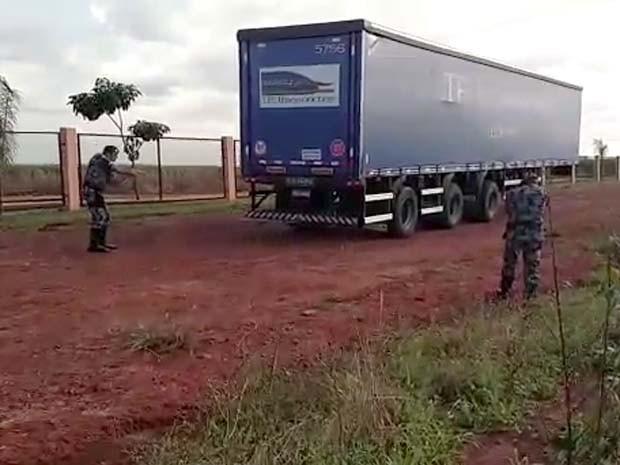 Carga de cerveja avaliada em R$ 40 mil não estava mais quando carreta foi recuperada (Foto: Guarda Municipal/Divulgação)