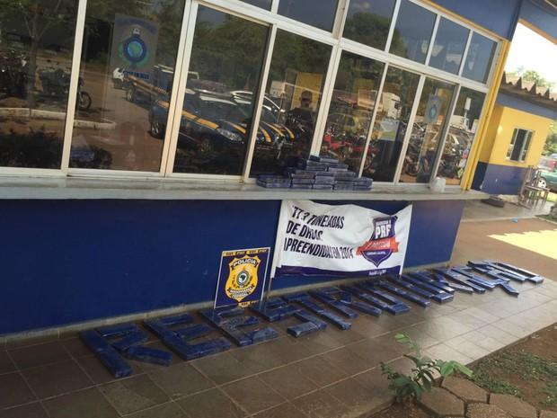 """Policiais escreveram """"reestruturação"""" com a droga apreendida em forma de protestao, pedindo reestruturação da carreira (Foto: PRF/Divulgação)"""