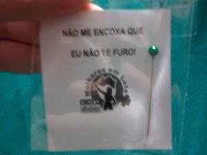 Alfinetes foram distribuídos hoje na estação Capão Redondo do Metrô (Foto: Divulgação)