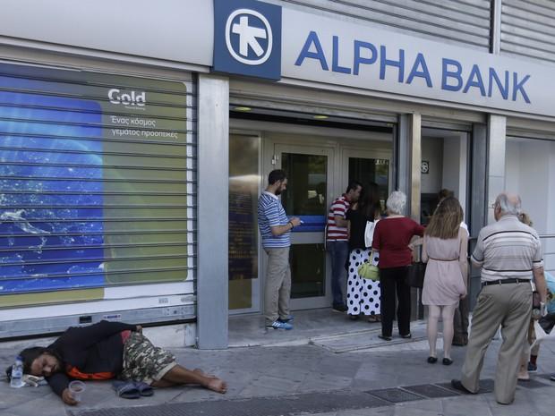 Bancos na Grécia continuam fechados, com saques em caixas eletrônicos limitados a € 60 diários por pessoa (Foto: Thanassis Stavrakis / AP)