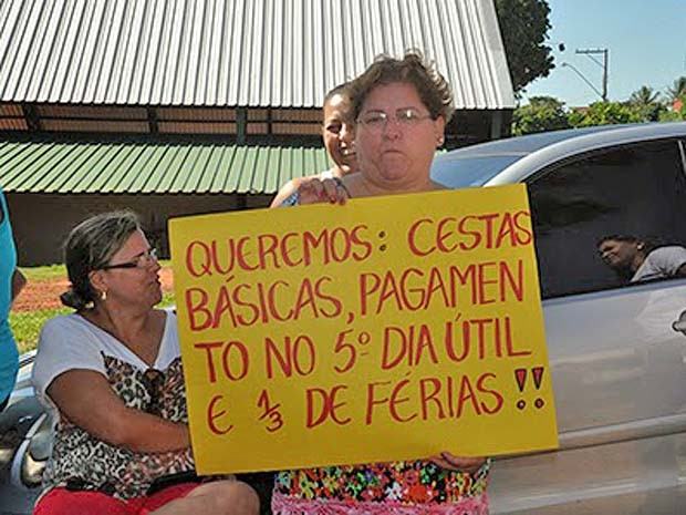 Cartazes foram feitos para reivindicar parcela das férias (Foto: Maurício Barbosa/Blog do Toninho Moré/Cedida)