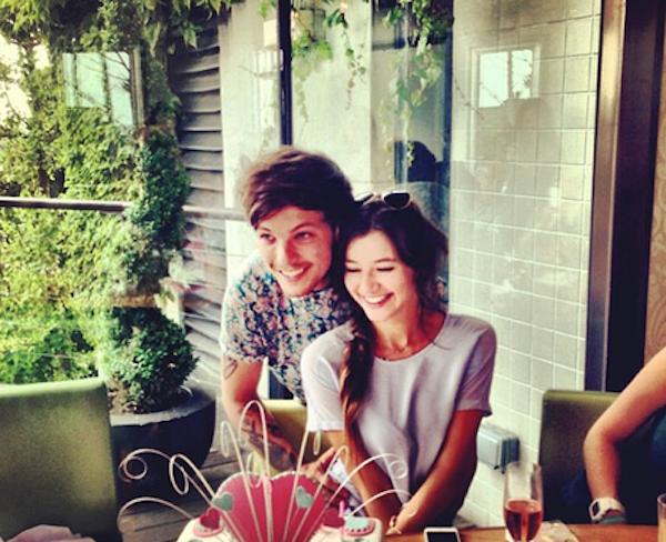 Louis Tomlinson do One Direction e a namorada (Foto: Reprodução)