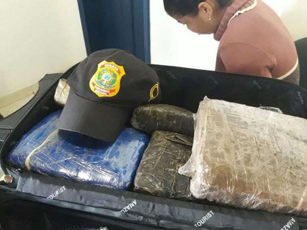 conduzia aproximadamente 12 kg de um entorpecente que aparenta ser maconha em uma mala.  (Foto: Divulgação/Polícia Federal de Óbidos )