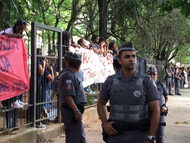 PM em frente à escola ocupada na Zona Oeste de São Paulo (Foto: Carolina Dantas/G1)