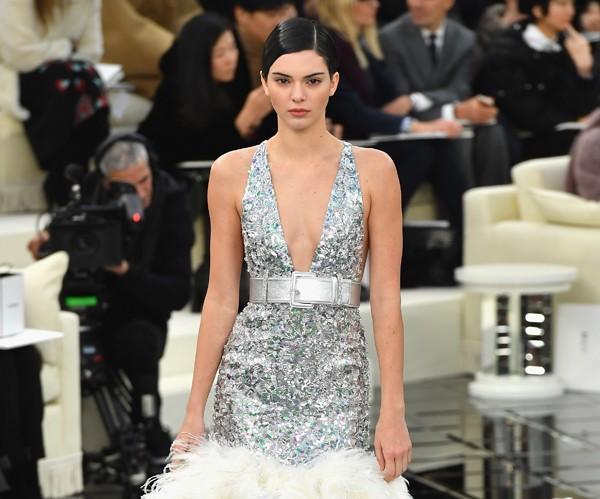 Kendall Jenner foi um dos destaques do desfile da Chanel (Foto: Getty Images)