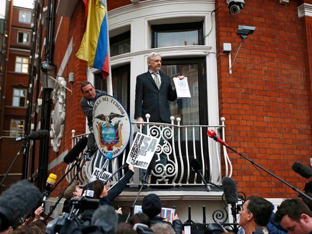 Julian Assange, fundador do WikiLeaks, fala da sacada da embaixada do Equador em Londres sobre a decisão da ONU (Foto: REUTERS/Toby Melville)