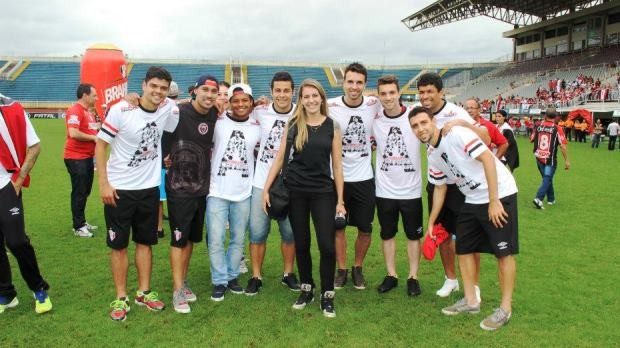 Alessandra com a equipe do JEC após a conquista da Série B (Foto: RBS TV/Divulgação)