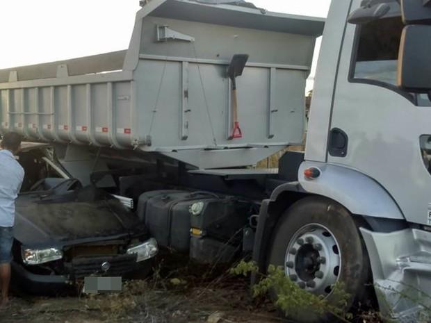 Agricultor morreu após bater o carro em um caminhão caçamba no Sertãp da Paraíba (Foto: Ivanilto Pereira / Polícia Militar)