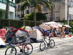 Manifestantes do movimento Ocupe Estelita acampam na frente do prédio do prefeito Geraldo Julio e fazem uma 'praia'. (Foto: Penélope Araújo / G1)