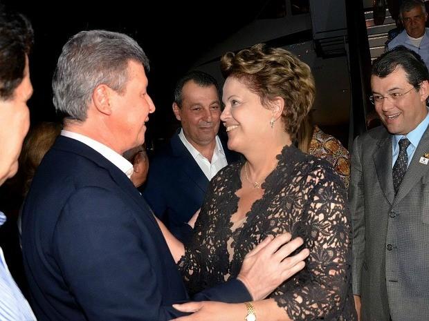 Presidente foi recepcionada por políticos locais no aeroporto (Foto: Mário Oliveira/Semcom)
