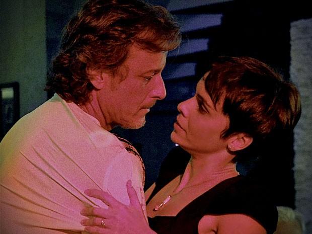 Sedutora, Nina consegue manter parceria com Max  (Foto: Avenida Brasil/TV Globo)