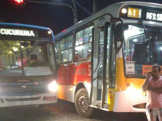 Um dos ônibus fazia linha para Cucurunã e outro para o Residencial Salvação (Foto: Divulgação/VC No G1)