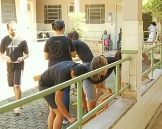 Universitários fizeram um mutirão para reformar um asilo (Foto: Reprodução RJTV 2ª Edição)