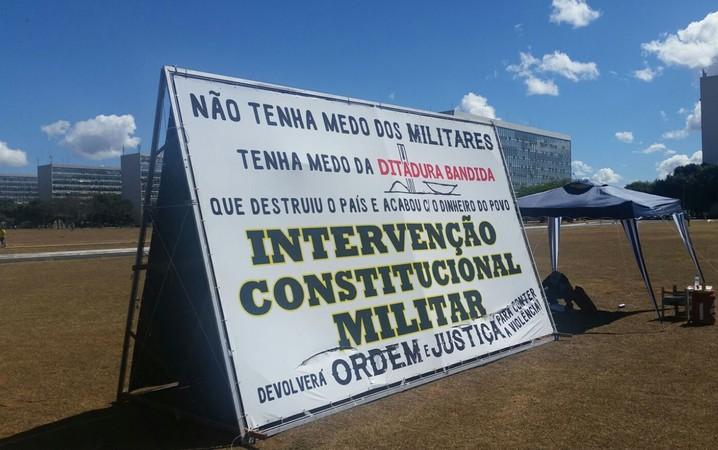 Placa na Esplanada dos Ministérios pede intervenção militar