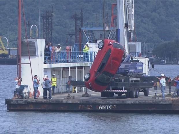 Veículo caiu no mar no último domingo (Foto: Reprodução / TV Tribuna)