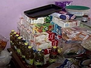 Alimentos doados lotam dispensa da famíllia (Foto: Reprodução/TV Anhanguera)