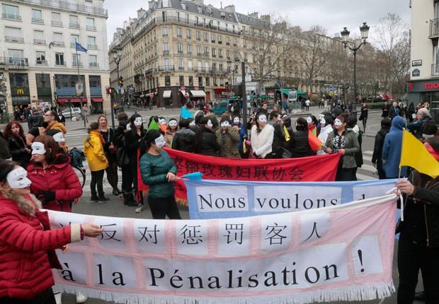 Manifestantes criticaram projeto de lei em análise no Parlamento (Foto: Jacques Demarthon/AFP)