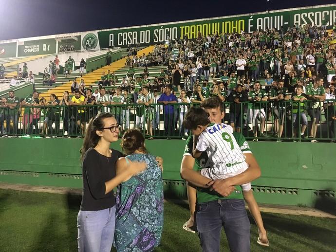 Família do jogador Gimenez, falecido no voo da Chapecoense, se emociona (Foto: Amanda Kestelman)