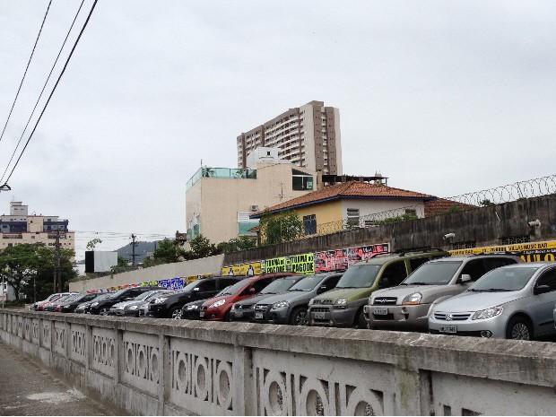 Linha férrea desativada é utilizada como estacionamento em Santos (Foto: Cristiane Amaral/TV Tribuna)