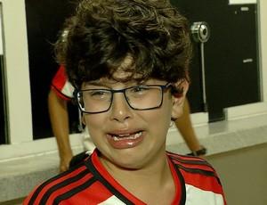 Menino chora por não conseguir assistir partida entre América-RN e Flamengo em Natal (Foto: Reprodução/Inter TV Cabugi)