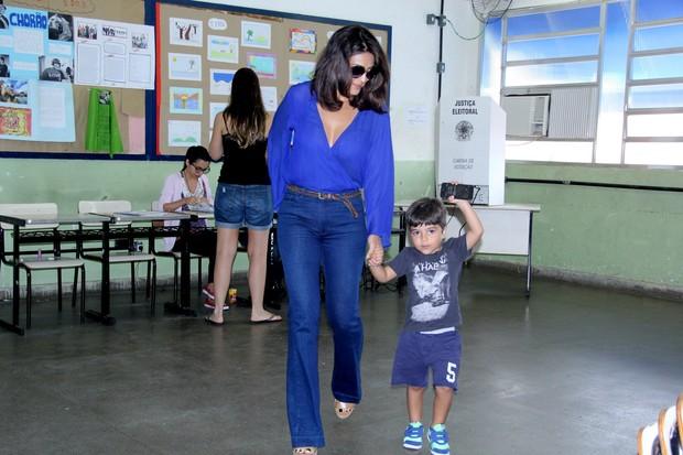 Juliana Paes e o filho (Foto: Alex Palarea/AgNews)