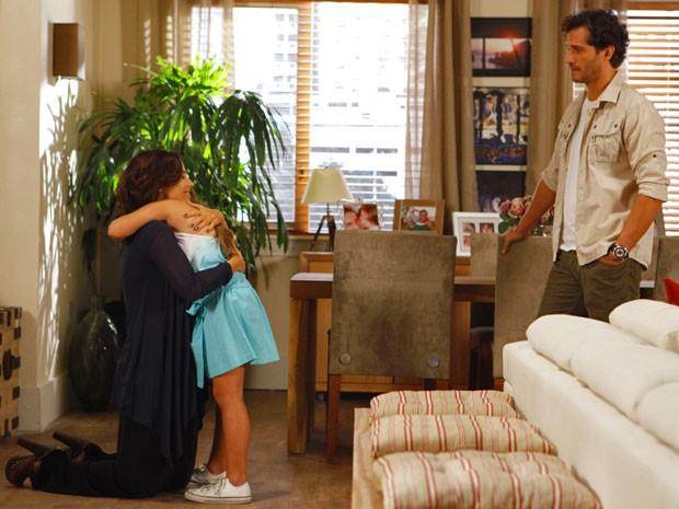Fábio fica chocado ao ver carinho de Manoela com Ciça (Foto: Guerra dos Sexos / TV Globo)