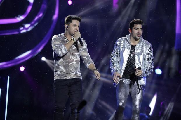Cristiano Araújo acalmou o cantor Gabriel Diniz diante da chuva que caia durante a gravação do DVD (Foto: Divulgação)