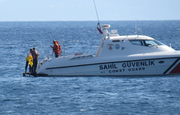 Menina de dez meses foi resgatada pela Guarda Costeira (Foto: Hanife Erdinc/Anadolu Agency/AFP)